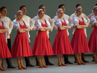 Вихри алого и белого в русском танце «Лето». Фото: РИА Новости/ Владимир Вяткин